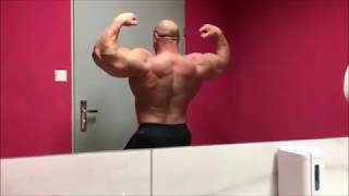 Muscle monster Robert in front of the mirror