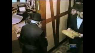 The Rebbe Distributes Matzos