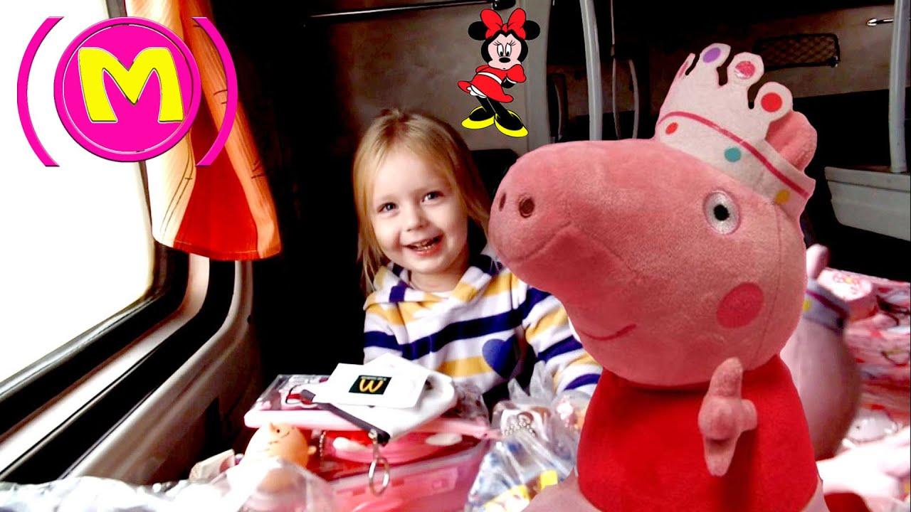 Малолелтка балуется игрушкой фото 406-927