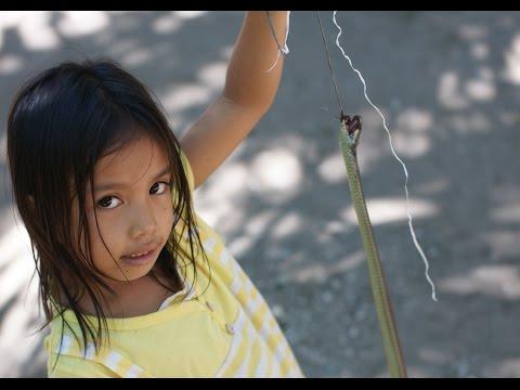 野生の蛇を捕獲、おき火で焼く、少女が食べる【フィリピン農園だより】