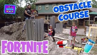 DAD BUILDS BACKYARD FORTNITE OBSTACLE COURSE POUR KIDS! SCAVENGER HUNT AVEC SLURP JUICE EN VRAI VIE