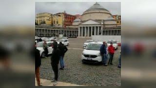 Napoli, la protesta dei taxi in piazza del Plebiscito: