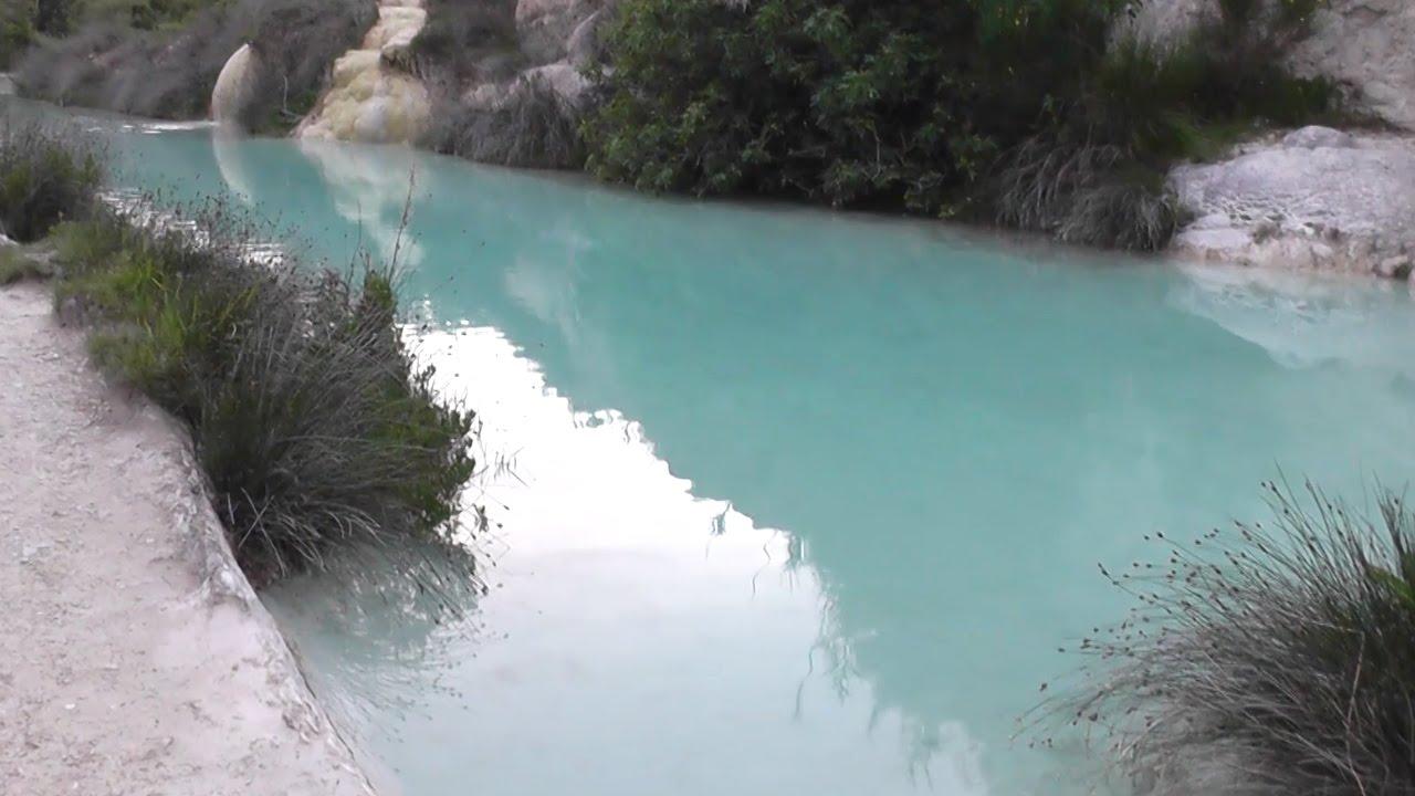 Bagno Vignoni: naturalne źródła termalne - widok z dołu / Natural hot springs...