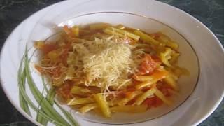 Тушим спаржевую фасоль с овощами лук, морковь, помидор и перец и подаем с сыром