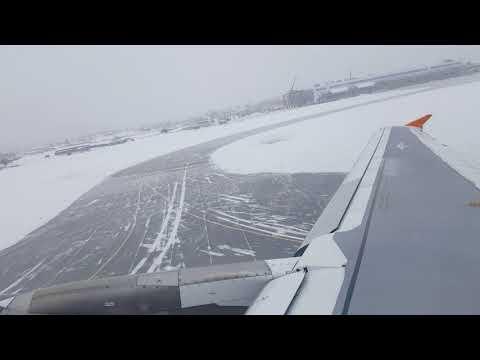 Взлёт из аэропорта Южно-Сахалинска сквозь снежную тучу