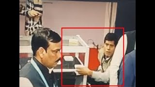On cam: Man steals diamond package worth Rs 6 lakh from jewellery exhibition in Surat