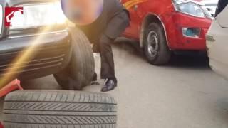 بالفيديو- مواقف وطرائف.. مصري يبتكر طريقة للهروب من ''كلابش'' السيارات