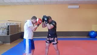 Aktywna praca gardą w K1, Kickboxingu, Muay Thai. Łokcie w akcjach obronnych.