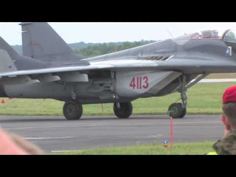 F-16 vs. MiG-29 fighter jet dogfight - Dęblin 2010 - HD