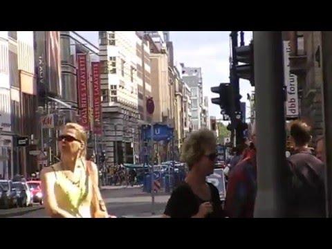 Berlin: Gang über die berühmte Friedrichstraße. Walk over the famous Friedrichstrasse