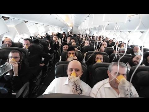 los pasajeros de un avion se encomiendan al cielo en pleno aterrizaje de emergencia