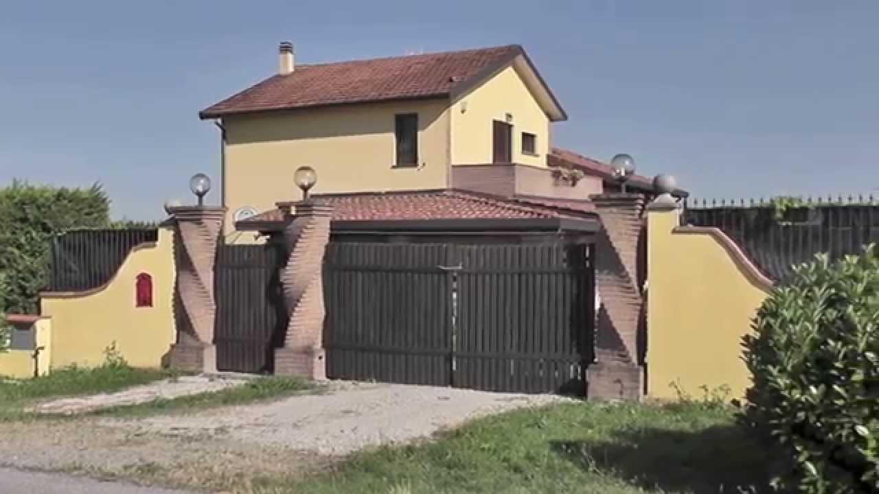 Villa di campagna con piscina in vendita nei dintorni di for Colonne di portico di casa