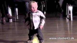2 vuotta vanha lapsi tanssi jive