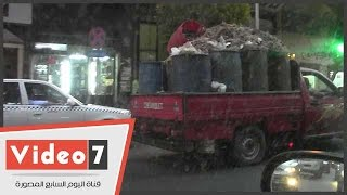 سيارة نقل مكشوفة محملة ببقايا تنظيف الفراخ تتجول فى شوارع العاصمة