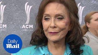 Loretta Lynn honored by Miranda Lambert at ACM Honors - Daily Mail