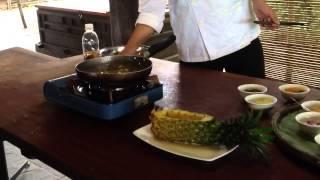 Салат из морепродуктов и манго в ананасе