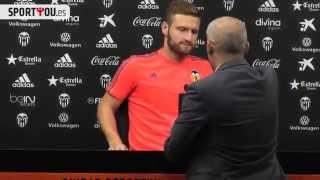 Shkodran Mustafi removes a bottle of beer placed in front of him !