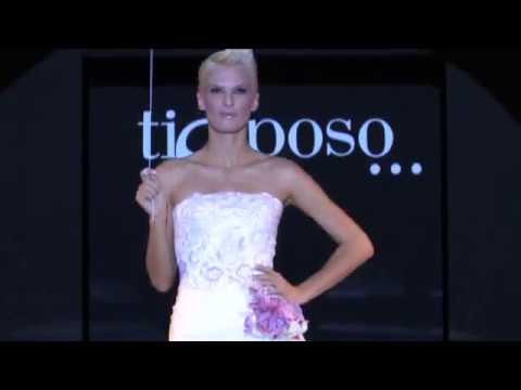 Vestito Da Sposa Aida Yespica.Sfilata Abiti Da Sposa Italia Couture Madrina Aida Yespica Youtube