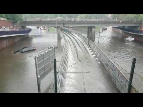 Unwetter in Köln überflutet Haltestelle Geldernstraße/Parkgürtel