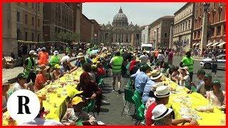 La 'Tavolata senza muri' (di 270 metri) davanti a San Pietro: