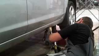 видео Как производится выпрямление замятого порога автомобиля