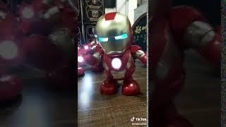 Tanzender Iron Man mit Beleuchtung