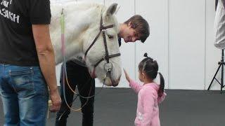Иппотерапия. Лошади лечат детей с особенностями развития.