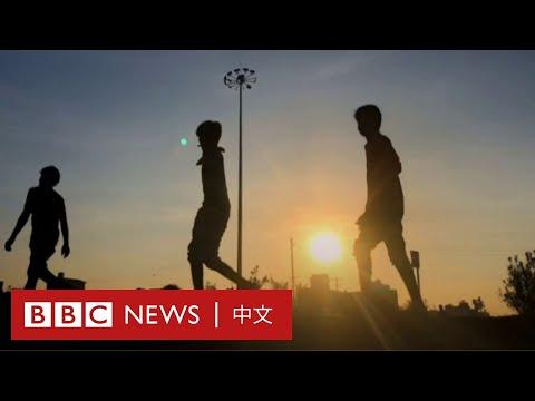 肺炎疫情:印度勞工光腳徒步回家,好心記者贈鞋解困- BBC News
