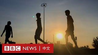肺炎疫情:印度勞工光腳徒步回家,好心記者贈鞋解困- BBC News 中文