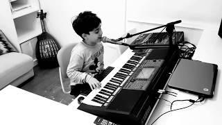 طفل يعزف ويغني اغنية الله  يوفقك