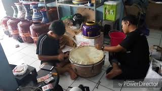 Ketua Umum Rohis SMP Negeri 61 Jakarta Melakukan Perbaikan Alat Hadroh di Alat Musik Kreasi Islam