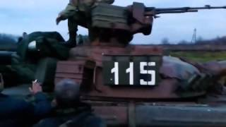 Местные жители не пропускают танк  Славянск 15 04 2014