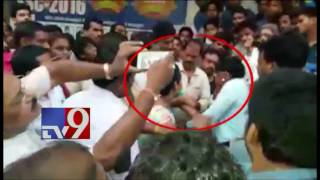 Hindi Pandit thrashed for misbehaving with girl students - TV9