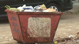 Moradores reclamam de muito lixo e entulho acumulado em frente ao CEO Municipal da cidade de Russas
