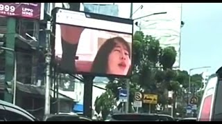 Download Video ada yang aneh dengan papan reklame ini MP3 3GP MP4