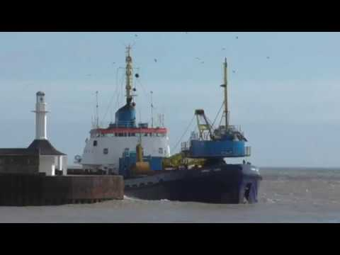 Dredger CHERRY SAND close call with harbour entrance wall 23/3/18