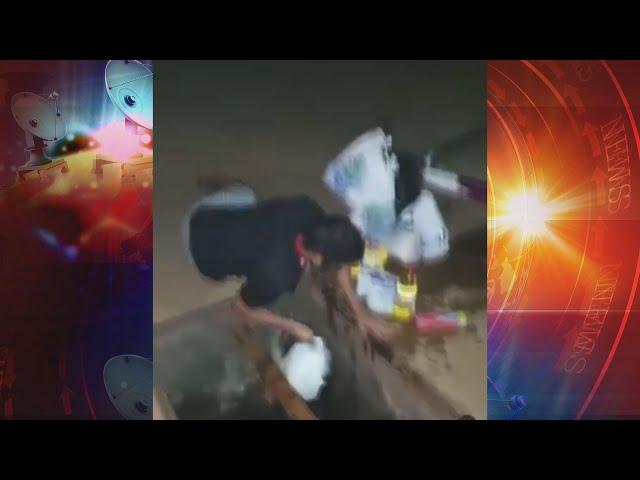 Homem cai com bicicleta em bueiro e recolhe compras do esgoto