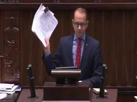 Poseł PO michał szczerba rzuca dokumentami w Kobietę
