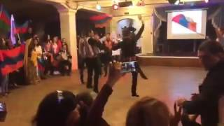 Армяне танцуют и поют, а азербайджанцы смотрят