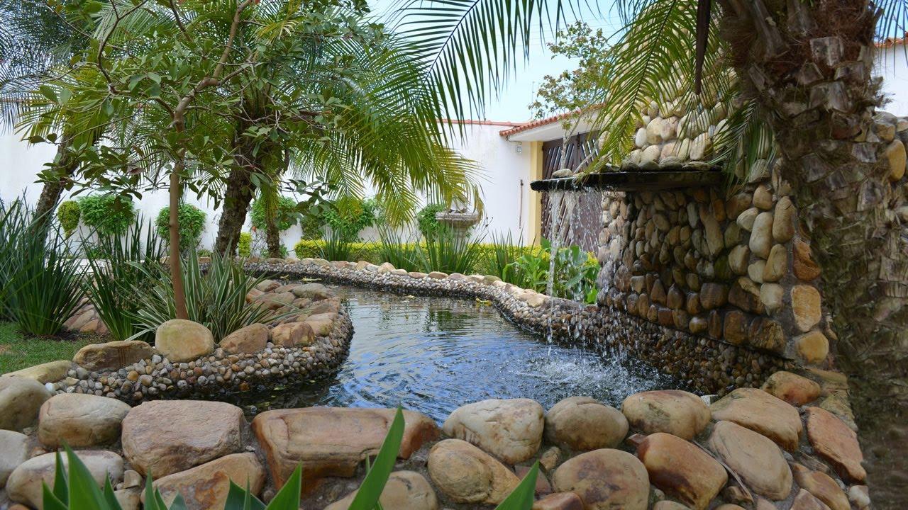 Jardim com lago artificial e carpas ornamentais tanque for Imagenes de estanques caseros