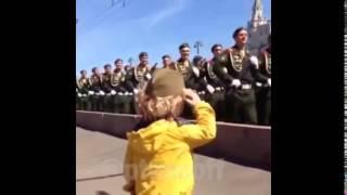 Солдаты отдают честь маленькой девочке! Парад 9 мая!