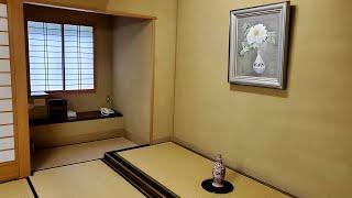온천수가 나오는 온천여관의 다다미 침실 모습 일본토야마…