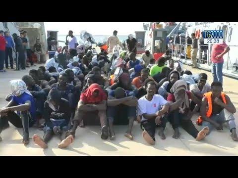 Nave italiana soccorre e riporta in Libia migranti. Salvini nega