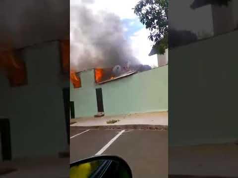 Pedreiro vira herói ao escalar prédio e salvar criança de fogo