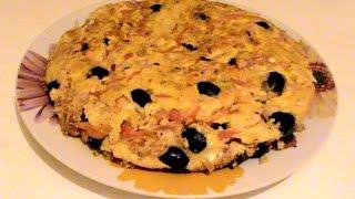 Большой омлет с овощами, ветчиной, оливками. Great omelet with vegetables, ham, olives.