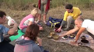 Поющие тибетские чащи  Звуковой массаж   Роман Буров психолог практик   Фестиваль НЕБО   14 08 2010