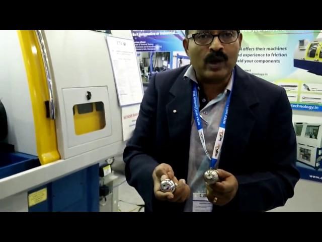 Herr Santosh, Director-Marketing & Finance-Demo von Ball Turning & Burnishing Machine bei ETA-IMTEX 2017