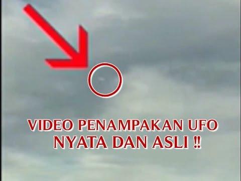 """VIDEO PENAMPAKAN """"UFO NYATA DAN ASLI"""" TERBANG DI ATAS AWAN ..."""