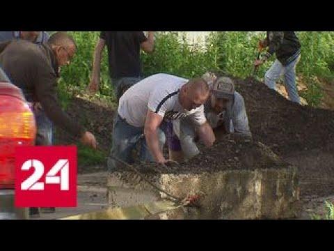 Транспортный коллапс: из-за ремонта Дмитровского шоссе поток машин пошел по проселку - Россия 24