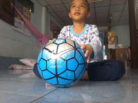 น้องอ้ายได้ลูกฟุตบอลใหม่ตั่ง  550  บาท  NIKE  (×_×)